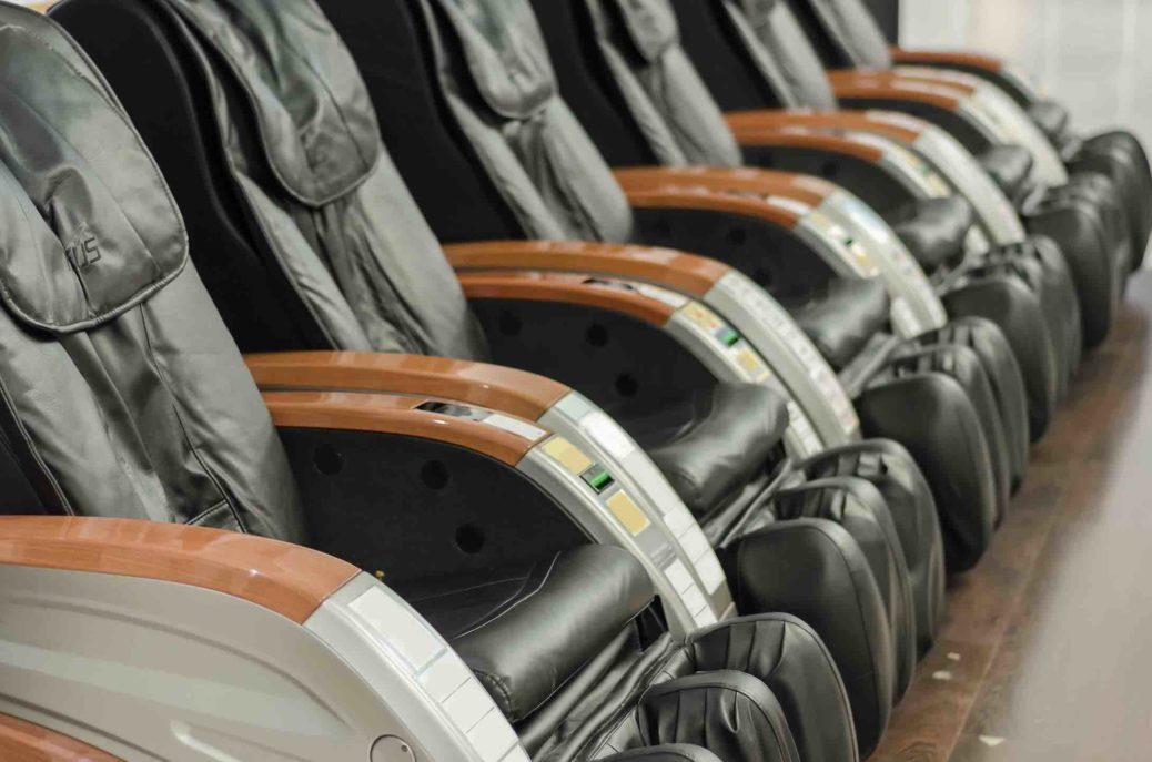 Les fauteuils massant durant le shopping